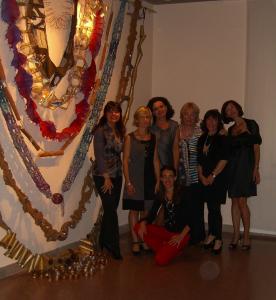 L'installazione del maxi collier e le artiste: Nadia Bianchi, Daniela Cantarutti, Sonia Casari, Rosanna Colloricchio, Antonella Oliana, Antonella Pizzolongo, Maria Grazia Renier  e Flavia Turel